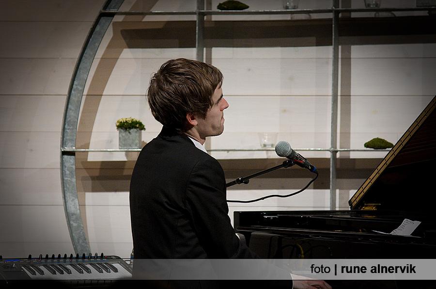 Jonas Östholm, flygel/syntbas