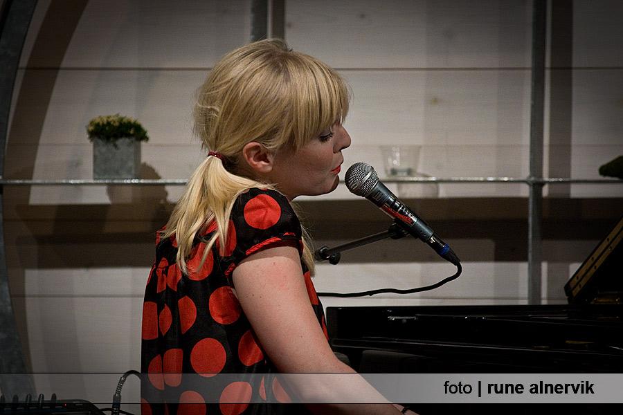 Josefine Lindstrand, sång/flygel