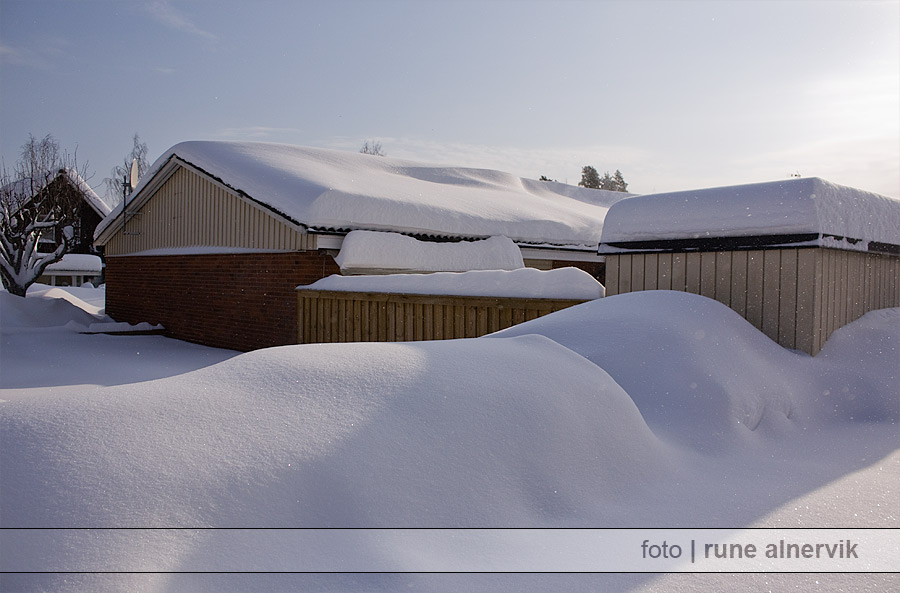 Huset täckt av snö